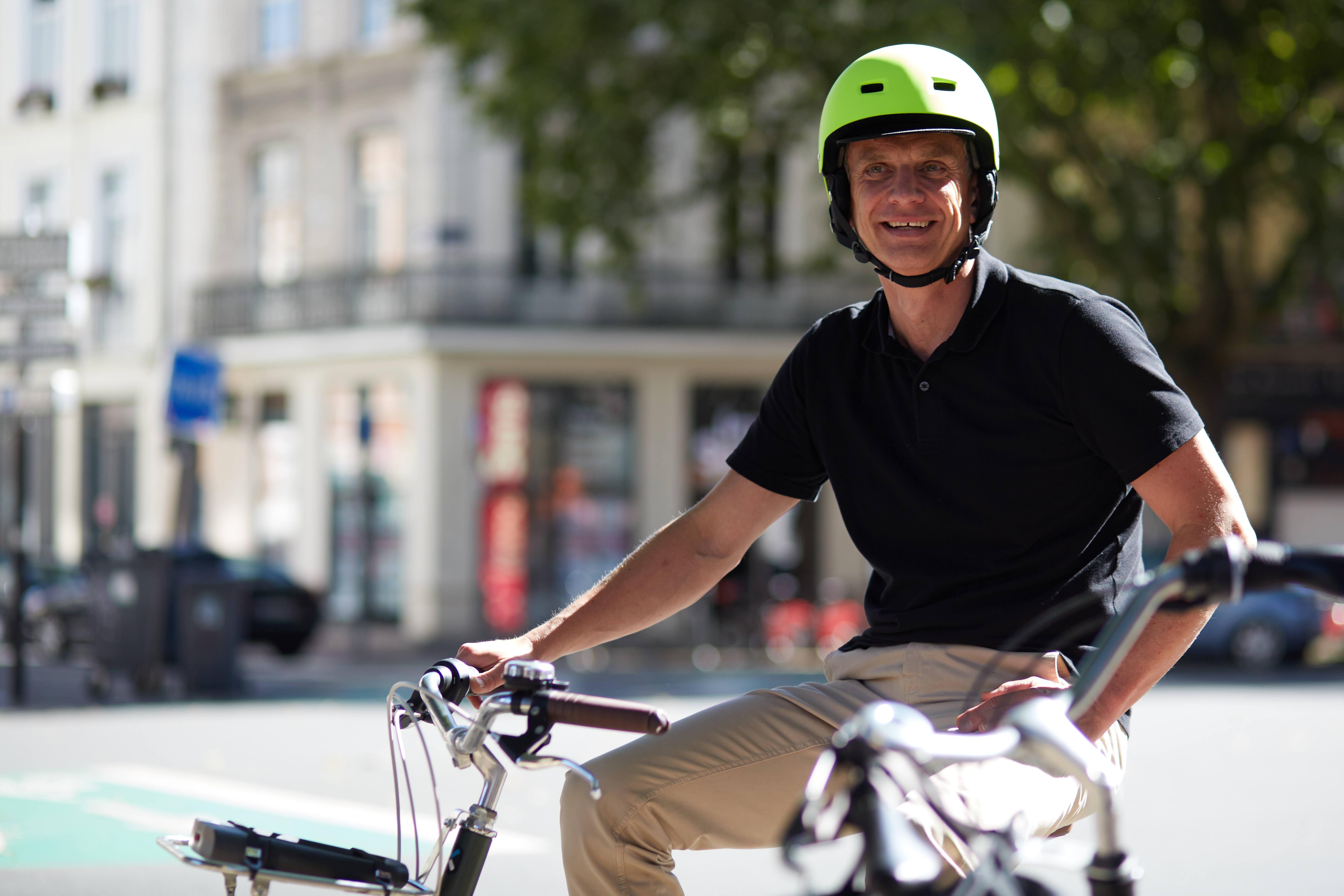 city-bike-helmet-500-tilt-fluo5B83868075Dtci_scene_003